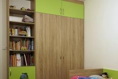 Vestavěné skříně_Kombinace zelené s dubem bardolíno