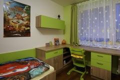 Skříňka, stůl a postel_Kombinace zelené s dubem bardolíno