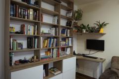 Knihovna a pracovní stůl